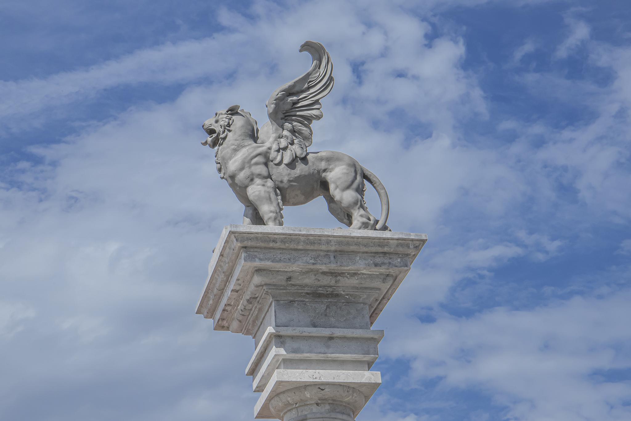 Geflügelte Löwenstatue am Eingang