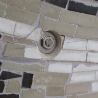 Das Mosaik wird am Trägerrahmen montiert