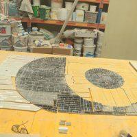 Abgenommenes Mosaik, während der Reinigung