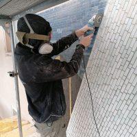 Abnahme des Mosaiks mit einem Winkelschleifer