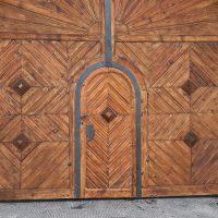 Das große Holzportal in der Mautner Markhofgasse, während der Arbeiten.