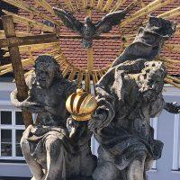 Spitze der Pestsäule Poysdorf - vor den Arbeiten